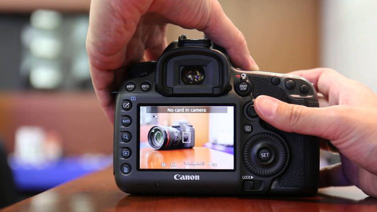 A Canon DSLR with an optical viewfinder in live-view mode (source image: Jim Lin / YouTube)